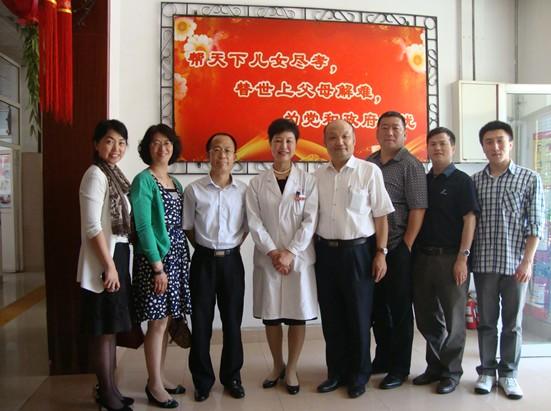 青岛社保局的领导与养老护理院的同志合影